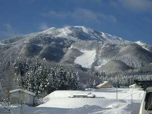 関西随一の規模を誇るハチ北スキー場。当館の玄関前がすぐにリフト乗り場です。