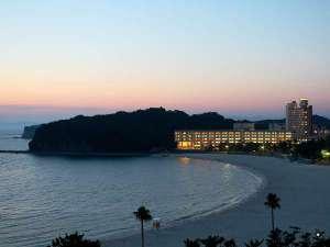 夕暮れに佇む白良荘グランドホテル