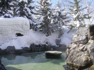 【露天風呂 男性】深雪の壁に囲まれた雪見風呂