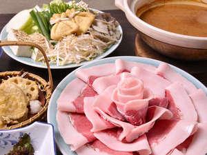 *お夕食一例(しし鍋)/冬季限定のボタン鍋。身体の芯まで温まるお鍋をどうぞ。