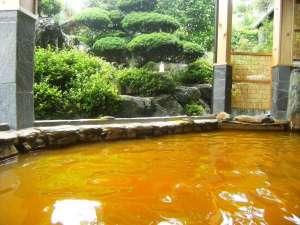 【露天風呂】茶褐色の温泉でのんびりとご堪能ください。