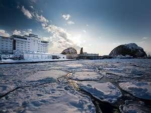 流氷に覆われたウトロ港越しに見る西館と展望大浴場