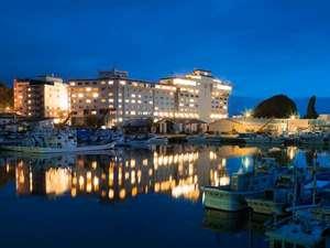 夜のウトロ港に映る知床グランドホテル北こぶし