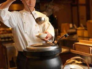 知床テラスダイニング波音(HAON)のライブキッチンやオープンキッチンではスタッフが料理を仕上げます