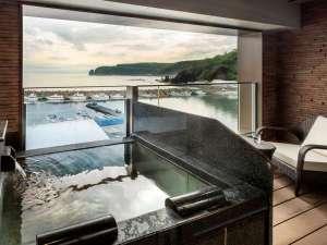 お部屋のお風呂に入りながら黄昏るって初めてです。西館テラス露天付き客室。