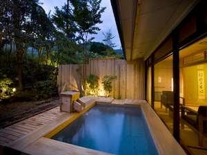 桃山第の露天風呂付・純和室と洋室の客室。茶庭を眺めながら朝夕共『お部屋』でのお食事をどうぞ!