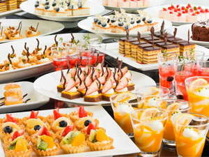 フルーツとパティシエ自慢の日替りデザート全20品が食べ放題のデザートバイキング(イメージ)