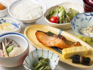 日本庭園を眺めがら朝食を、ガーデンダイニング環楽の和定食(和定食)一例