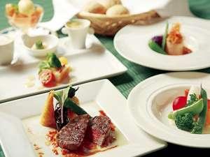 シェフ自身が選んだ地場の旬の野菜を豊富に盛り込んだフルコースディナー(一例)デザートもお楽しみに。