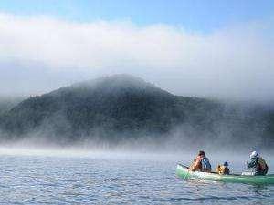 朝もやにカヌーを漕ぎ出して爽やかな一日の始まり。
