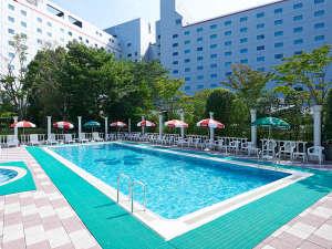 【屋外プール】広大な緑に囲まれて、解放的な気分が味わえる(夏季限定)