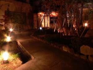 はるみや旅館玄関。小さなお宿へ続く小さなお庭。夜はライトアップで風情がございます。
