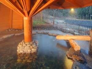 1階の大きな岩造りの渓流露天風呂。貸切で・・・ご予約不要の内鍵式でご利用下さい。