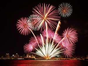 【函館海上冬花火】各日2000発の花火が夜空を彩ります。