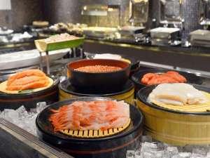 【朝食ビュッフェ】海鮮コーナーでは、いか、いくら、サーモン、甘えび、ネギトロ、たらこをご用意♪