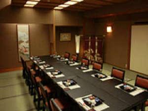 大家族でも安心♪大人数の際は、人数に応じた食事個室をご用意。(和モダンイステーブル席)