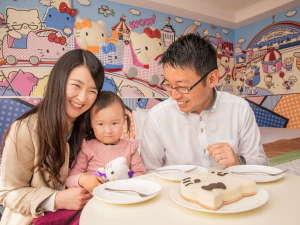 ハローキティとオトモダチが描かれたポップなお部屋でお子様も笑顔でお過ごしいただけます