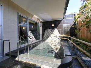 露天風呂には、寝湯をご用意しております。六甲の風を感じながら、温泉を存分に満喫できます。