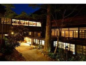 夜の本館外観2Fが与謝野晶子さんが泊まった人です