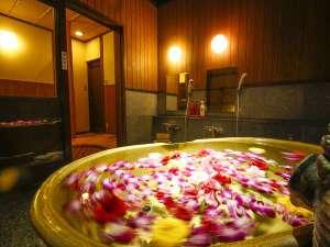 花☆フル-ツを浮かべたアロマ&ビタミンバスは全てのお客様が無料でご利用頂けます♪