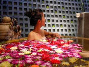 2020リニューアルオープン♪花☆フル-ツを浮かべた3種類の貸切露天風呂のご利用は無料♪