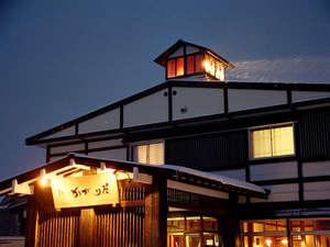 【かがり屋外観】ライトアップされた夜のかがり屋は美しい☆