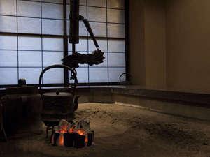 【囲炉裏】あたたかな囲炉裏を囲んで朝食をお召し上がりください。
