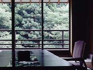 石川の紅葉スポット近くの温泉宿・紅葉露天のある宿県 よしのや依緑園