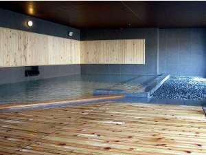 1階【祈りの湯】心地よい風を感じる半露天風呂