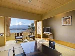 ホテル本館和室(一例):富士の全景と湖一望