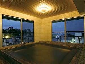 4階にあるお風呂です。遠くに海が望めます。お湯はミネラル泉(人工温泉)です。