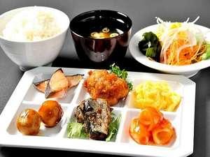 朝食はバイキングスタイルにてたくさんのメニューでご提供しております。お泊りのお客様からも評判です!