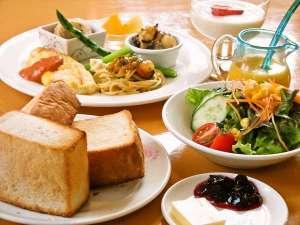 もちもちパンやふわふわオムレツが人気の朝食。自家製のソースやドレッシングを召し上がれ。
