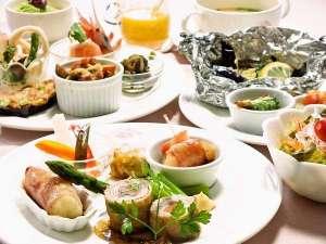 地元の食材をふんだんに使用した全15品のフルコースディナー。