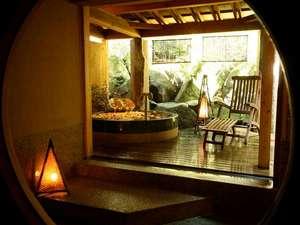 貸切り専用の温泉浴場「天水」。木漏れ日と薔薇の香りに包まれて至福のひとときを♪