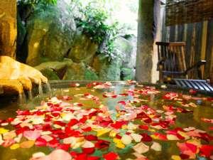 1日5組限定!人気の貸切り露天『天水』に花びらを浮かべて(通常お1人1080円・予約は2名様~)