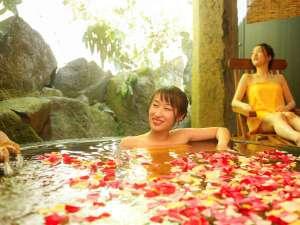 人気の貸切露天風呂『天水』。小鳥のさえずりを聞きながら極上のひとときを。