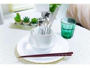 部屋にはキッチンがついており、食器や調理器具もございますのでご自身で調理が可能です。