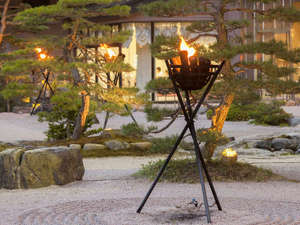 篝火が灯る宿