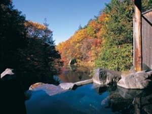 貸切露天から望む渓谷は10月中旬から11月上旬まで紅葉を楽しめる。渓流、渓谷のコントラストは評判。