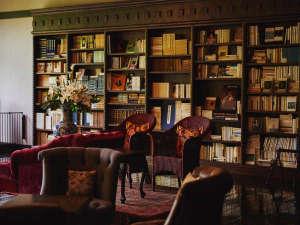 優雅に寛げる三万冊の蔵書ラウンジ