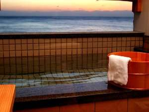 浴内からは日本海が一望!小さいながらも露天風呂あり