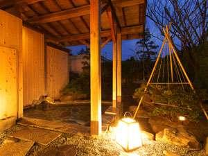 小さな日本庭園に囲まれ、朝夕と表情の変わる露天風呂からの景色もお楽しみください。