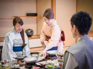-お部屋食イメージ-担当の係が説明とおもてなしを添えて料理をお出しいたします。