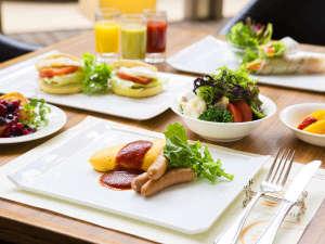 ふわふわオムレツやフレンチトーストのライブクッキング、地元契約農家直送の新鮮野菜が人気の朝食ブッフェ