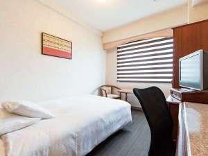シングルルームにも幅広セミダブルベッドを採用♪