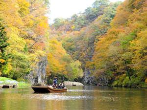 【舟下り】秋/鮮やかに染まる猊鼻渓を堪能できます。