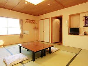 和室10畳:清潔感のある広々とした10畳のお部屋です。