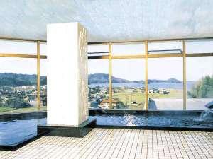 大展望大浴場≪湖を望むロケーションが自慢! 無加水の天然温泉です≫