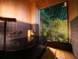 松籟荘 『萩』半露天風呂 (虫除けのため開閉式の網戸がついています)